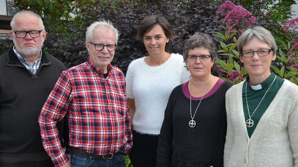 Anders Dahlqvist, Anders Axelsson, Ingela Wall, Monica Lundgren och Karin Nordfeldt-Hansson utanför Sjukhuset i Umeå. Foto: Gunilla Nordlund/ Sveriges Radio