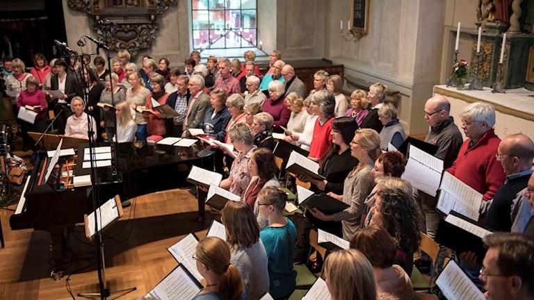 Optimistkören och kyrkokören. Foto: Lennart Nilsson/Sveriges Radio.