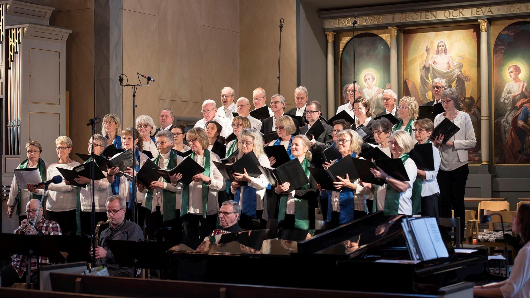 Kören Nova Vocs och Dalvikskyrkans kör med musiker.