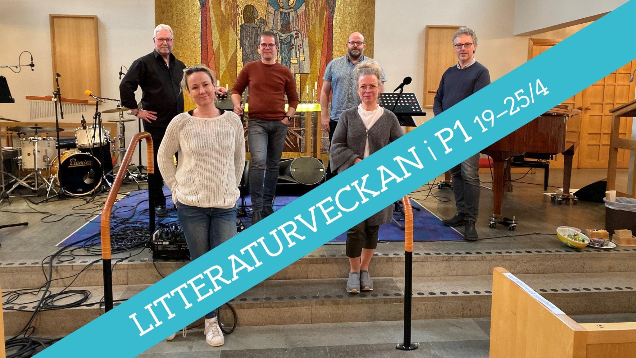 Sex personer framför altare med Litteraturveckans bård framför