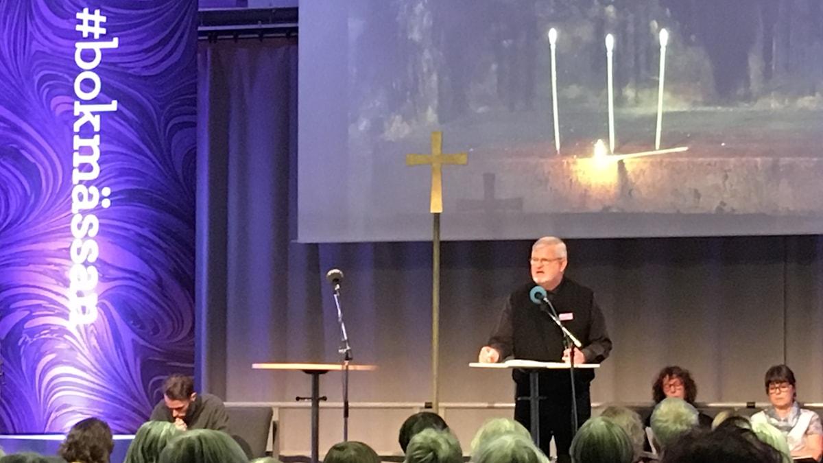 Författare och biskop Martin Lind läser