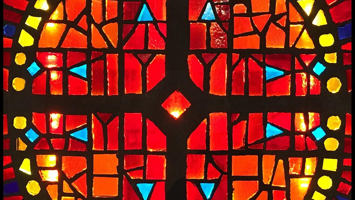 Glasmosaik av konstnären Randi Fisher.