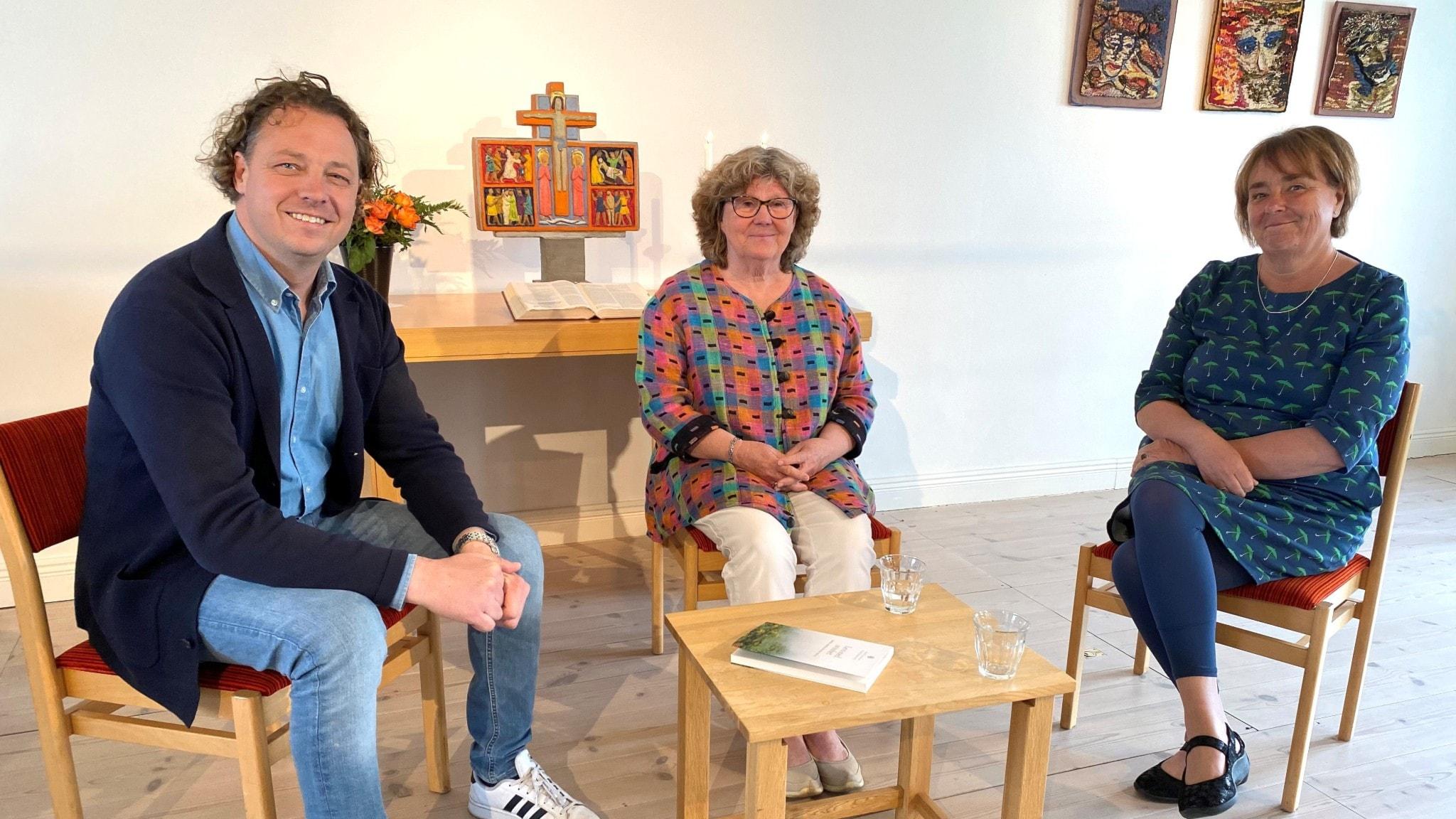 Tre personer i en kyrkolokal