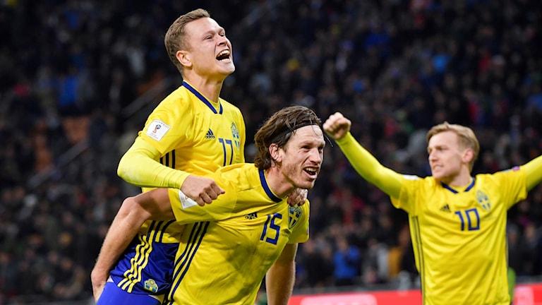 Viktor Claesson, Gustav Svensson och Emil Forsberg jublar efter slutsignalen i måndagens VM-kval, playoff, andra matchen, mellan Italien och Sverige på San Siro i Milano. Matchen slutade 0-0 och Sverige går vidare till VM.