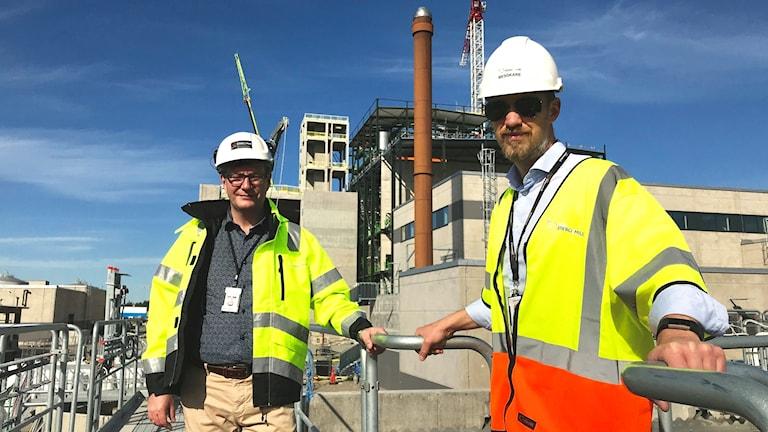 Anders Fransson, projektledare Sobacken, och Jonas Holmberg, kommunikationschef Borås energi och miljö som står uppe på en del av reningsverket.