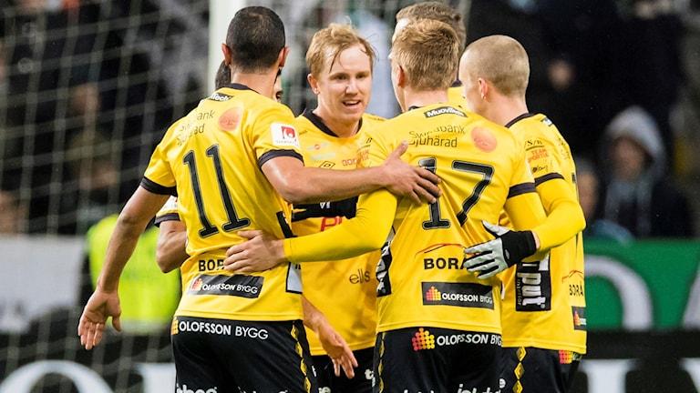 Några spelare kramas efter ett mål.