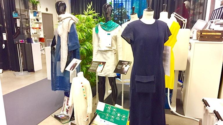 En klänning gjord av papper på Smart Textiles i Borås.