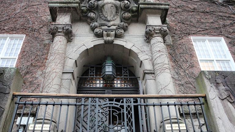 Entrén till Borås tingsrätt syns underifrån.
