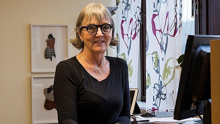 Susanne Erixon vid en dator på jobbet