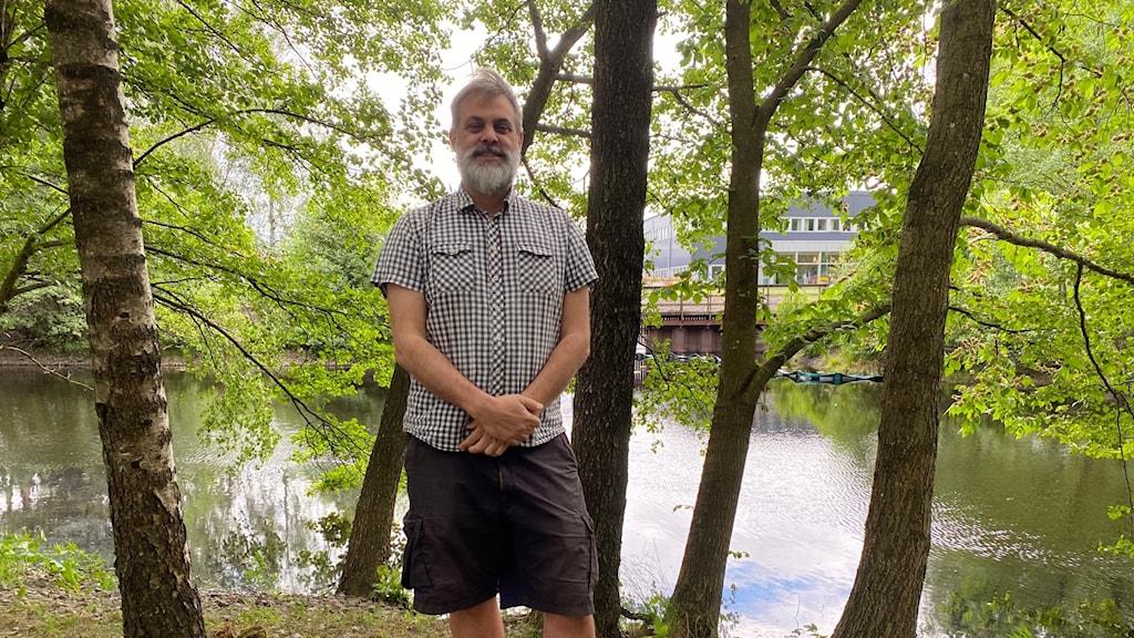 David von Sydow står vid viskan omgiven av träd