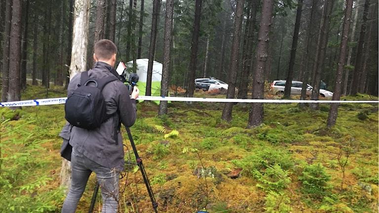 En reporter tar kort på polisavspärrningar.