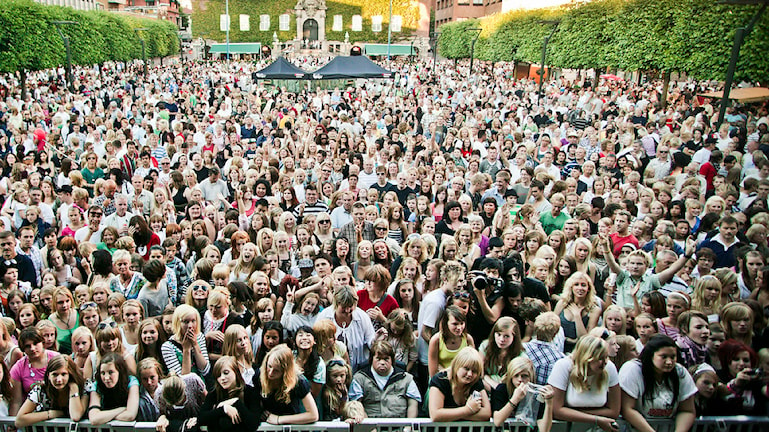 Folkhav framför scen på Stora Torget i Borås.