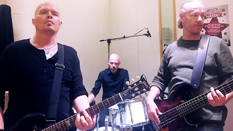 Killarna i bandet Right out spelar gitarr, bas gitarr och trummor i P4 Sjuhärads studio.