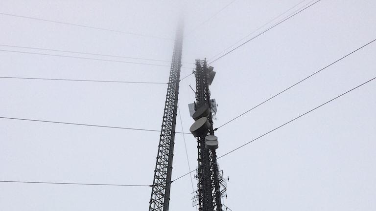 Den nya Häglaredsmasten i dimma.