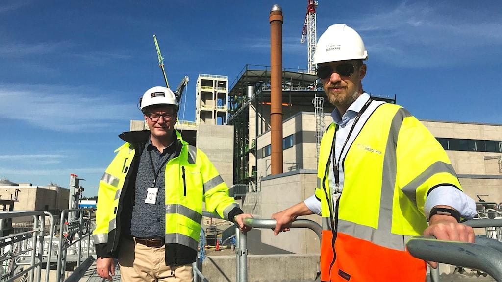 Projektledare Anders Fransson och Jonas Holmberg, kommunikationschef Borås energi och miljö, som står uppe på en del av reningsverket.