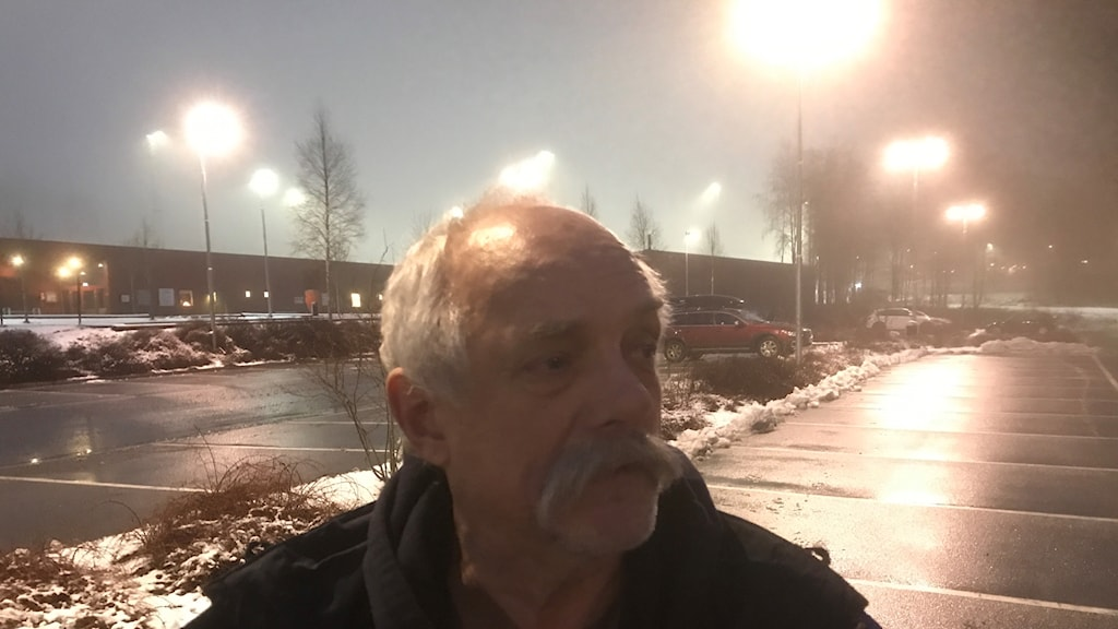 Jens Rydell framför gatlyktor på Lassalyckan i Ulricehamn.