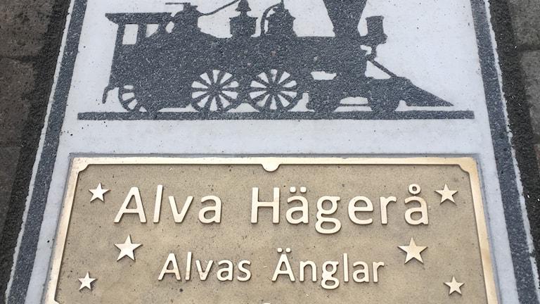 Alva Hägerås namn + Alvas änglar + lok som gatubild