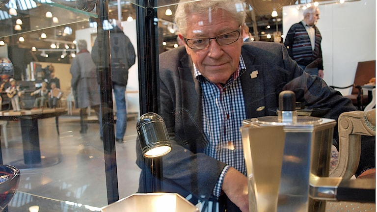 Bo Knutsson framför kannor av Wiwen Nilsson: en av 1900-talets mest uppmärksammade silversmeder (som Bo också föreläste om idag). Foto: Niclas Odengård.