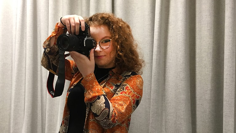 Anna Pettersson med en kamera