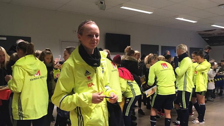 damlandslaget skriver autografer