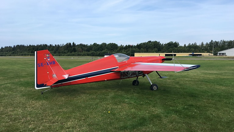 Ett rött segelflygplan