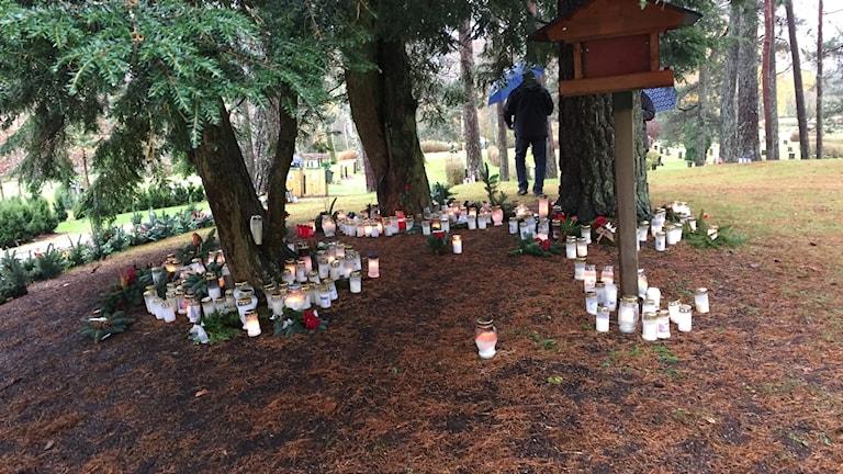 Minneslunden på S:t Sigfrids kyrkogård är välbesökt i helgen.