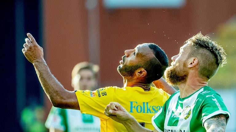 Elfsborgs Issam Jebali och Hammarbys David Fjällman i kamp om bollen.