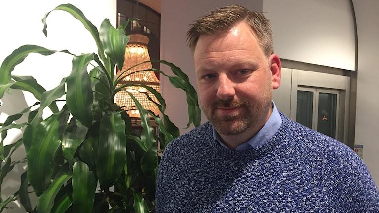 Per Carlsson (S) framför grön växt i entré