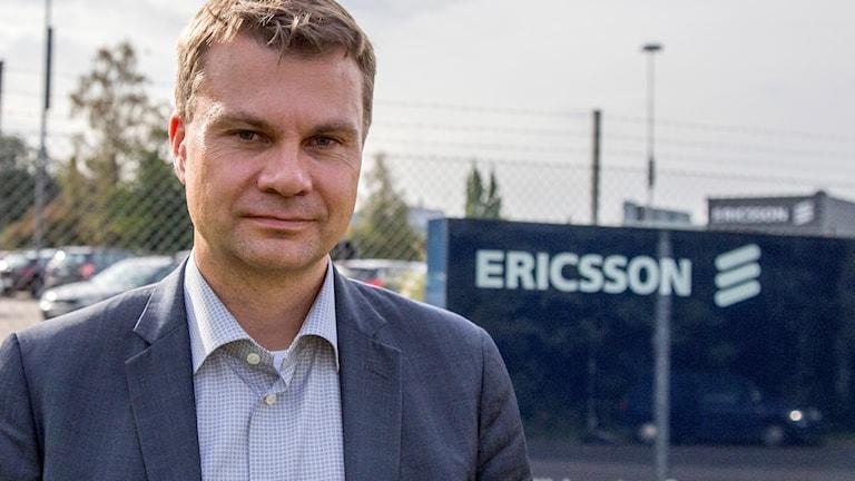Ulf Olsson kommunstyrelsen ordförande i Borås utanför Ericssons fabrik