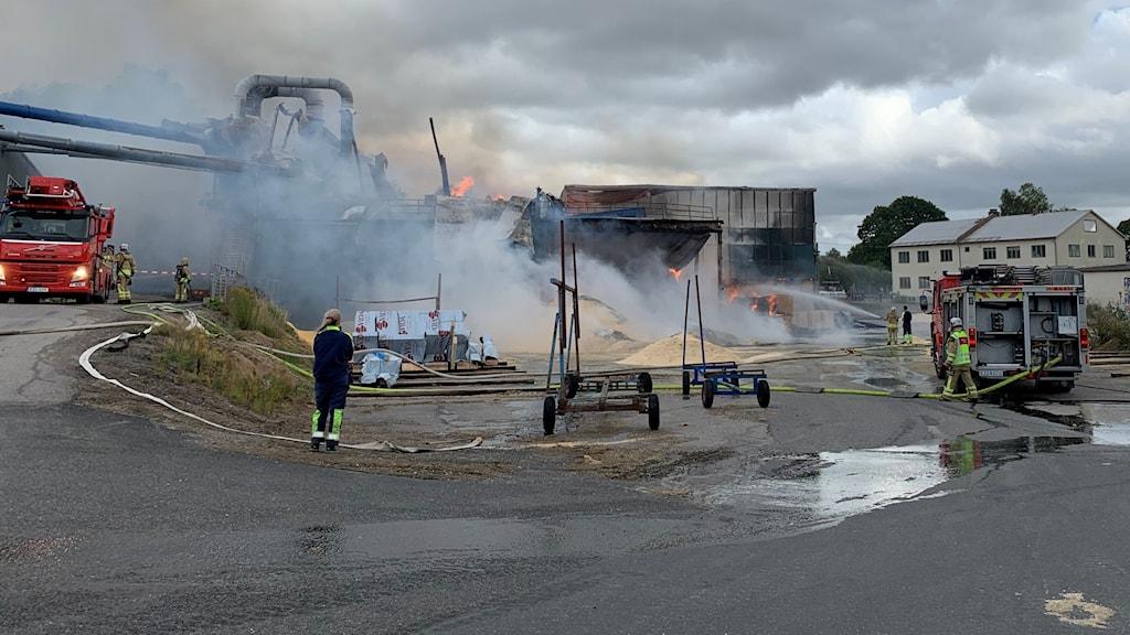 Brand i ett sågverk.