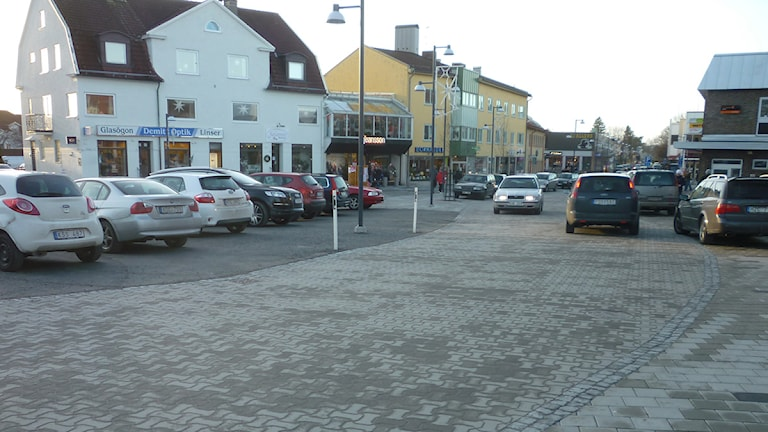 Kinna centrum. Här är nära 20 bilar felparkerade. Foto: Pär Sandin
