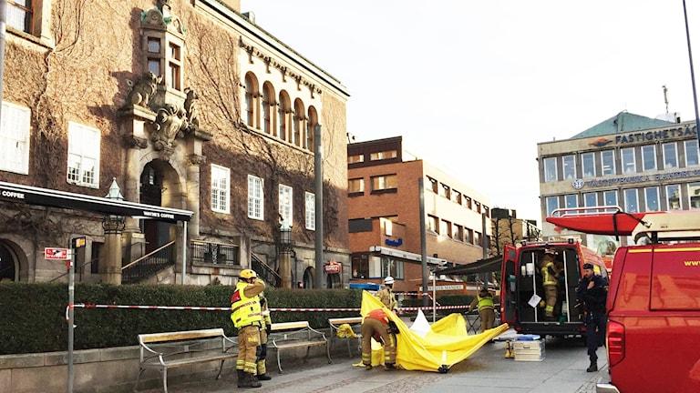 Räddningstjänsten sätter upp ett tält för provtagning och analysering av det misstänkta pulvret.