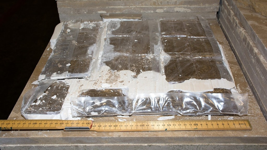 Narkotika vakuumförpackad och runtom förpackningen finns ett lager med gips.