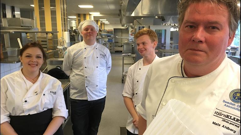Kockeleverna Malin Andersson, Zeb Dahlberg och Zeb Wennberg, tillsammans med kockläraren Mats Ahlberg.