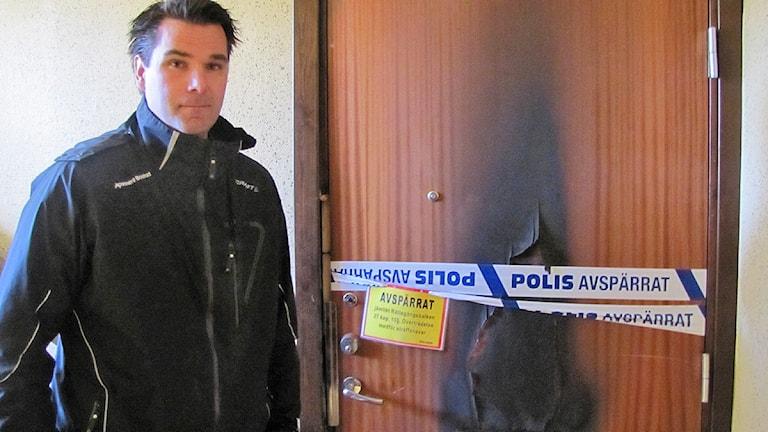 Arkivfoto: Hyresvärden Niklas Sandberg vid den utbrunna lägenheten. Foto Hanna Larsson