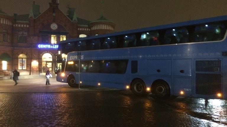 Buss 100 hade svårt att stanna och var nära att ramma stationshuset.