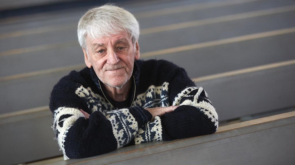 Colin Nutley i en kyrkbänk