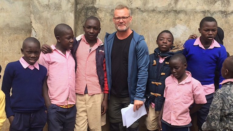 Claes Blixt med elever på skolan.