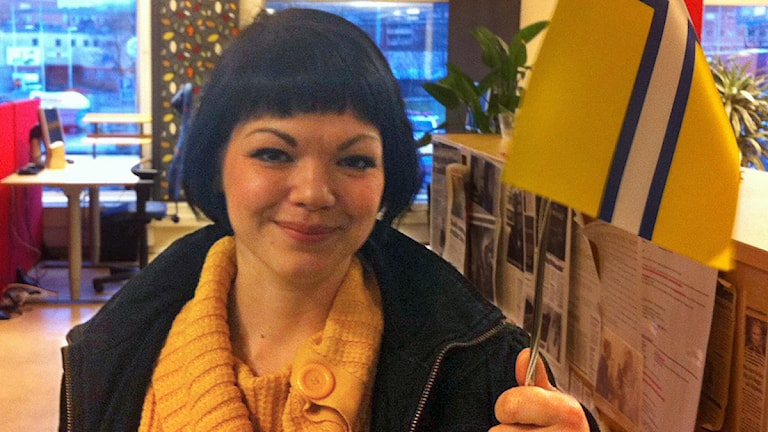 Ida Legnemark (V) firade flaggdagen med Västra Götalands flagga. Snart blir det äkta vara. Foto: P4 Sjuhärad.