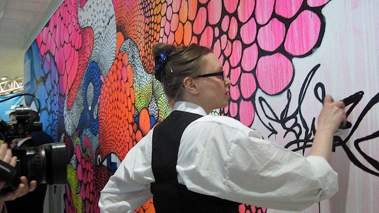 Konstnären Carolina Falkholt slutförde en 10 meter lång väggmålning under invigningen. Foto: Pär Sandin P4 Sjuhärad
