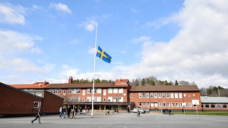 Flaggan på halv stång utanför Ängskolan i Skene.