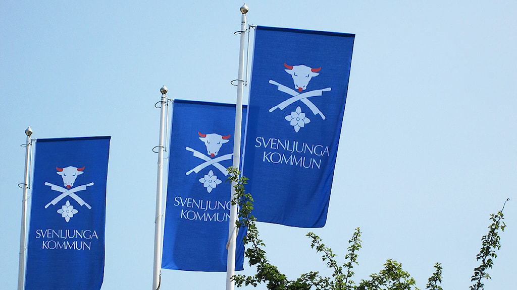 Svenljungas kommunvapen på tre blå flaggor.