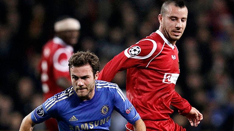 Mikkel Beckmann (t.h.) i närkamp med Chelsea FCs Juan Mata. Foto: AP/Jens Dresling.