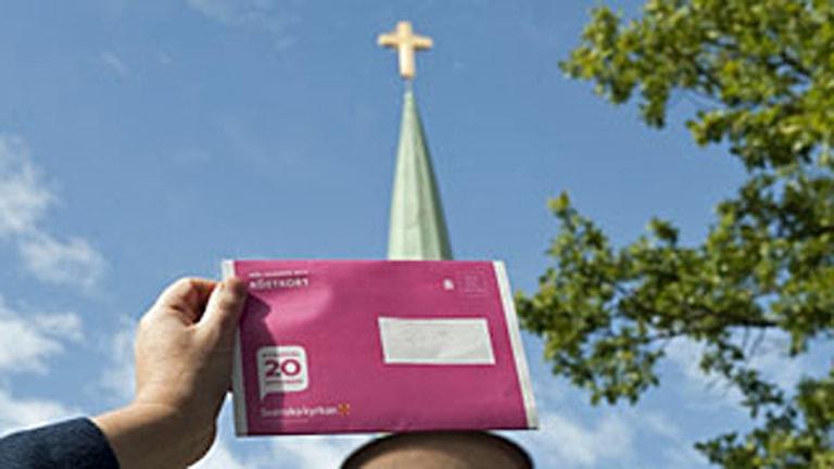 Valsedel inför kyrkovalet, ett val som inte påverkar rikspolitiken, menar vissa. Foto: Bertil Ericson/Scanpix.