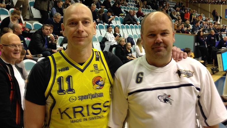 """Mattias Blom (vit tröja) och Per Lundström, """"gamla"""" ligaspelare såg matchen"""
