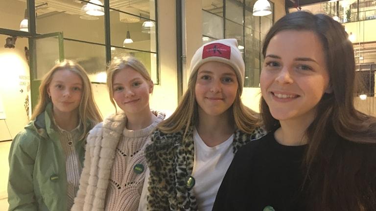 Deltagare från Backaturnén tillsammans med turnéledaren Emmalina Blomberg