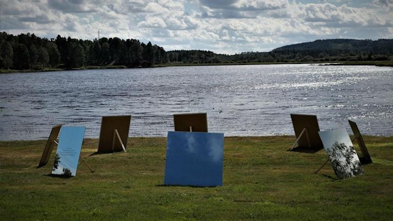 Åtta speglar placerade i en ring vid en sjö
