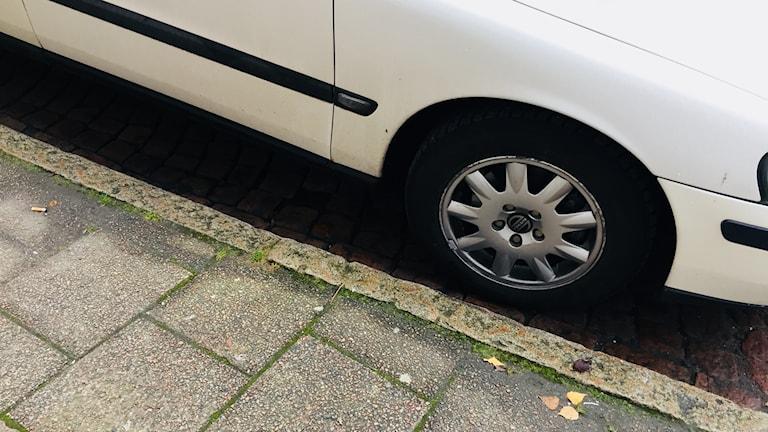 Detaljbild på bilhjul.