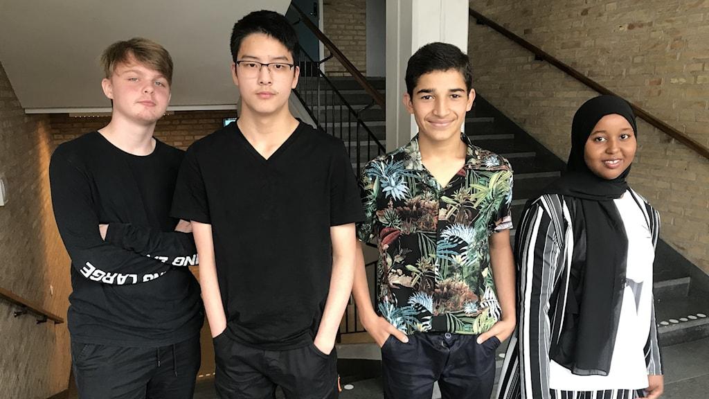 Tre killar och en tjej i högstadieåldern i korridoren på Särlaskolan.