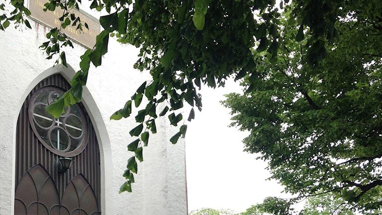 En detalj av fasaden på Kinna kyrka.